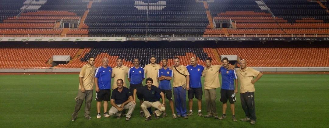Trabajadores Turf Green en el Estadio Mestalla